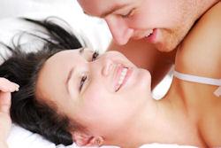 Man en vrouw hebben plezier in bed.